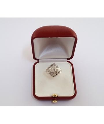Złoty pierścionek zdobiony brylantami oraz diamentami z około 1930 roku