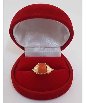 Złoty pierścionek zdobiony naturalnym koralem