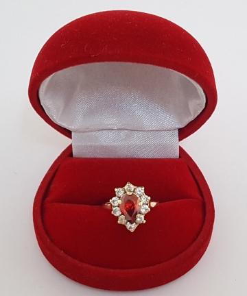 Złoty pierścionek zdobiny kamieniem o barwie rubinu i cyrkoniami, rozmiar 10