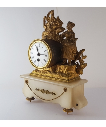 Zegar kominkowy z XIX wieku, zdobiony rzeźbą z brązu złoconego na podstawie z alabastru