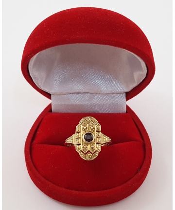 Złoty pierścionek zdobiony granatem, rozmiar 18