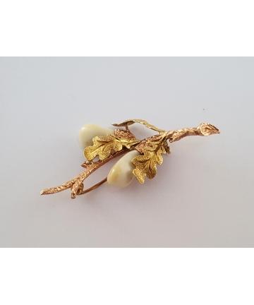 Złota myśliwska broszka zdobiona grandlami z lat 50-tych XX wieku