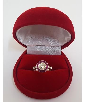 Platynowy pierścionek Art deco zdobiony brylantem 1,1 ct, diametami oraz rubinami, rozmiar 17