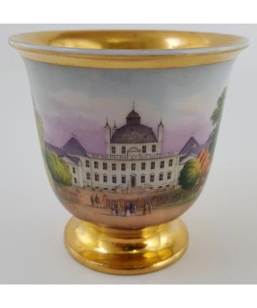 Porcelanowa filiżanka zdobiona zamkiem Fredensborg z XVIII wieku