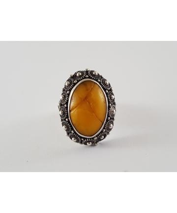 Srebrny pierścionek z naturalnym bursztynem