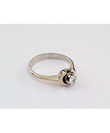Złoty pierścionek w stylu Tiffany, zdobiony brylantem 0,20 ct, sygnowany GUW