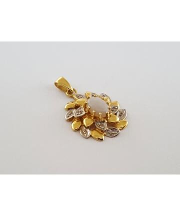 Złota zawieszka z opalem oraz 4 diamentami