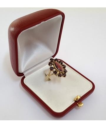 Złoty pierścionek zdobiony granatami