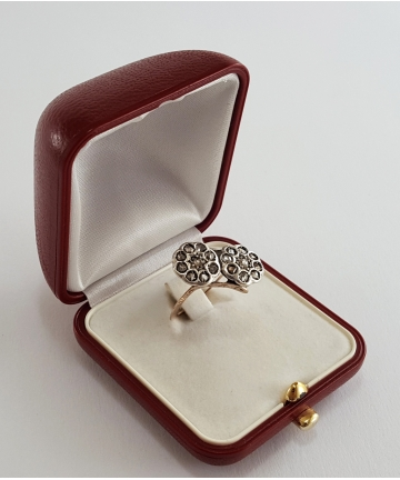 Złoty pierścionek zdobiony rautami diamentowymi 0,60 ct z około 1900 roku