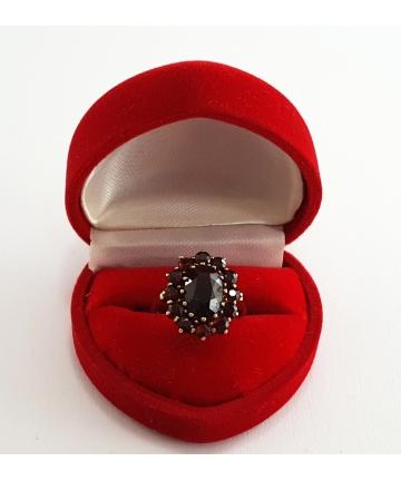 Złoty pierścionek zdobiony granatami z I połowy XX wieku, rozmiar 10