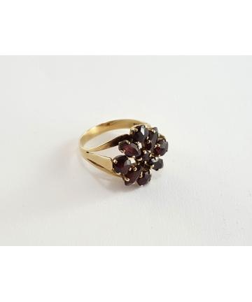 Złoty pierścionek zdobiony granatami z I połowy XX wieku, rozmiar 15