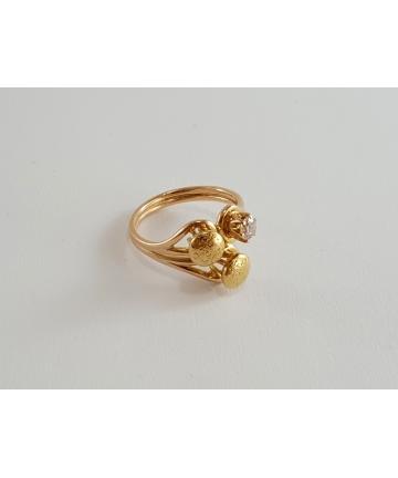 Złoty pierścionek próby 3 zdobiony brylantem 0,29 ct, rozmiar 17