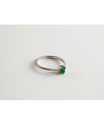 Złoty pierścionek APART zdobiony szmaragdem oraz 2 brylantami