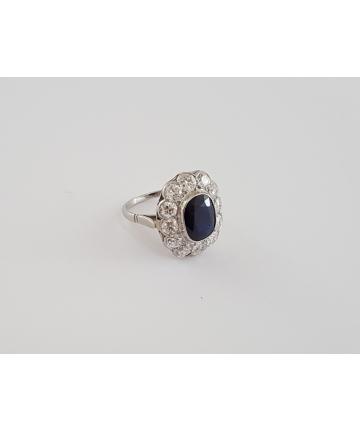 Platynowy pierścionek zdobiony szafirem oraz brylantami, rozmiar 14