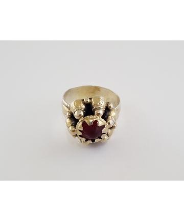 Srebrny pierścień z ozdobą stroju szlacheckiego z XVII wieku