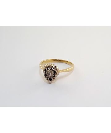 Złoty pierścionek zdobiony rozetą diamentową 0,15 ct z około 1900 roku