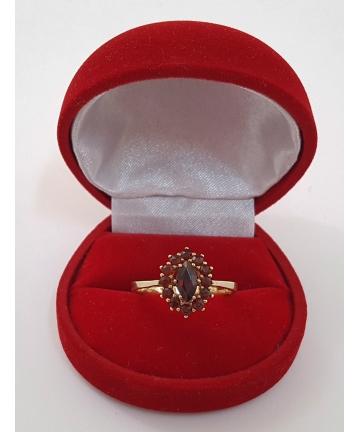 Złoty pierścionek zdobiony granatami z lat 30 tych XX wieku