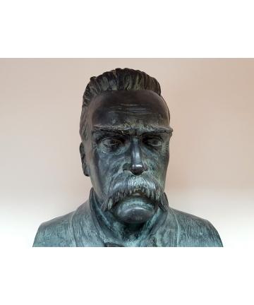 Popiersie - pomnik J. Piłsudskiego autorstwa Stanisława Jackowskiego z lat 30-tych
