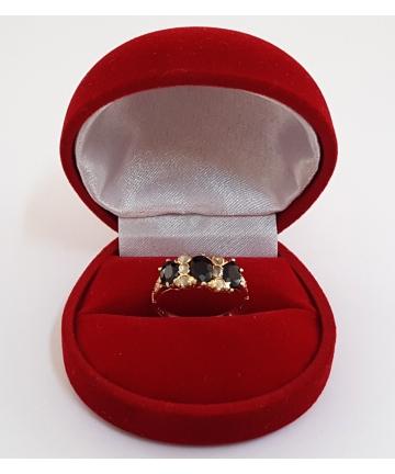 Złoty pierścionek zdobiony szafirami oraz diamentami