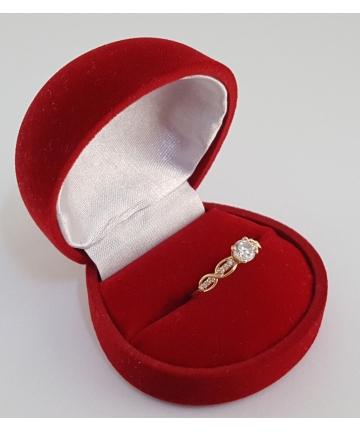 Złoty rosyjski pierścionek zdobiony kamieiami o barwie brylantów